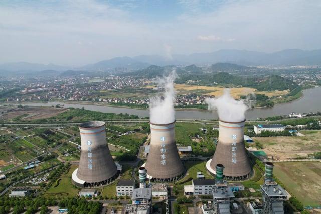 中國碳交易市場16日啟動,首批僅納入電力行業。圖為杭州的熱力發電廠。(STR/AFP via Getty Images)