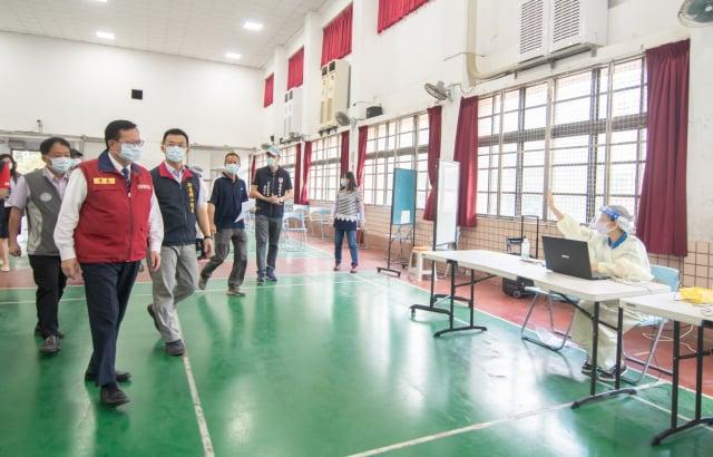 桃園市長鄭文燦21日前往新屋國小及桃園巨蛋體育館,視察社區接種站運作情形。