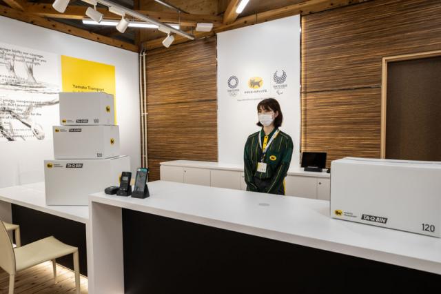 購物區裡還設有為運動員服務的快遞中心。圖片攝於2021年6月20日。(Takashi Aoyama/Getty Images)