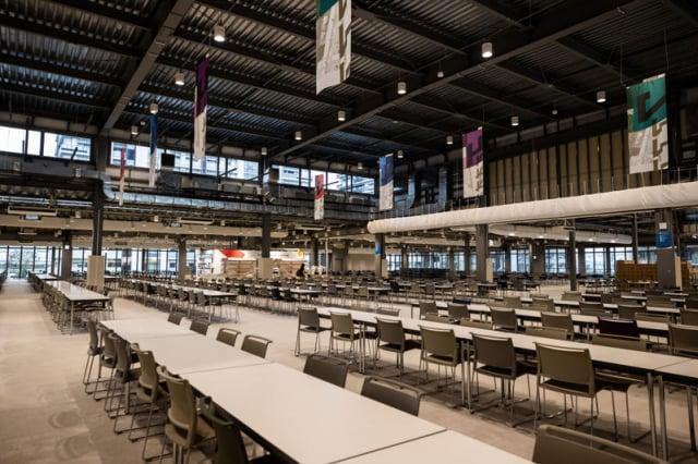 奧運村的大餐飲中心的主餐廳,桌椅的顏色與比賽的主會場椅子一樣顏色,沉靜而舒適。圖片攝於2021年6月20日。(Takashi Aoyama/Getty Images)