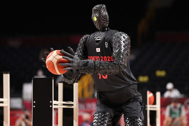 在日本東京奧運會上由美國隊迎戰法國隊的籃球比賽中,一個名叫CUE的機器人表演投籃。(Gregory Shamus/Getty Images)