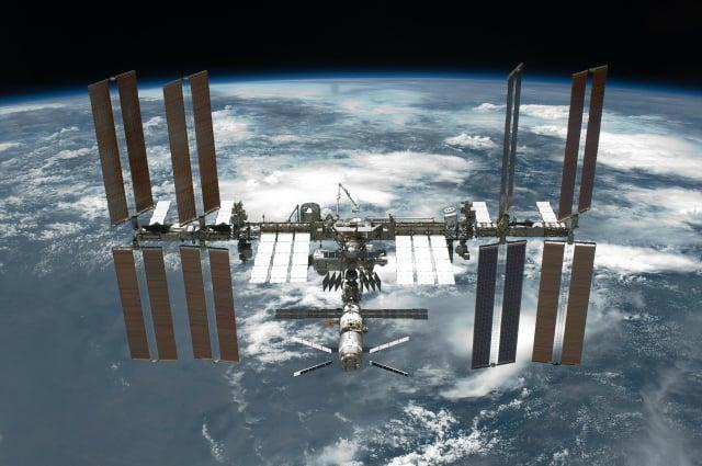 在國際太空站工作的太空人無法洗衣服,只能將髒衣服處理掉。圖為國際太空站。(Pixabay)