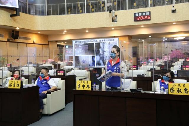 台南市議員關心南鐵地下化採連續壁工法,恐釀成下一個「鄭州死亡隧道」。(臺南市議會提供)