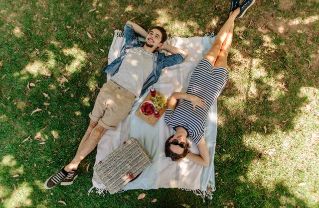 當人躺臥時大腦感知周圍環境的機制與人站立不同。(Shutterstock)