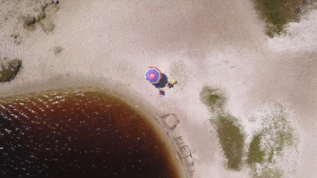 位於巴西東北部的「可口可樂潟湖」擁有像可口可樂一樣的顏色。(Shutterstock)