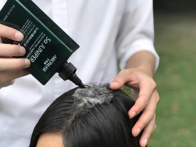 防疫期間留意日常髮肌清潔,避免病毒沾染,以維持良好頭皮狀態。(AROMASE艾瑪絲提供)