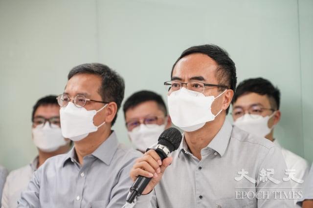 香港教協10日突然宣布解散。圖右為教協會長馮偉華。(記者余鋼/攝影)