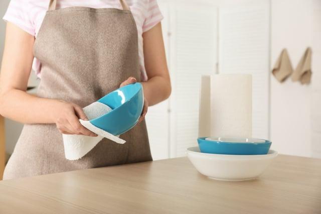 洗好的碗盤應風乾, 或使用廚房紙巾擦乾後再收納。(Shutterstock)