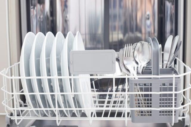 碗盤洗得再乾淨,也無法洗去所有的細菌,定期消毒是最好的方式。(Shutterstock)