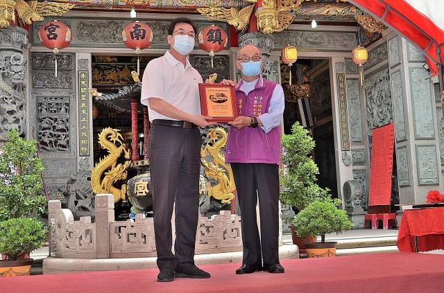 副市長劉和然代表市府回贈捐車感謝狀。