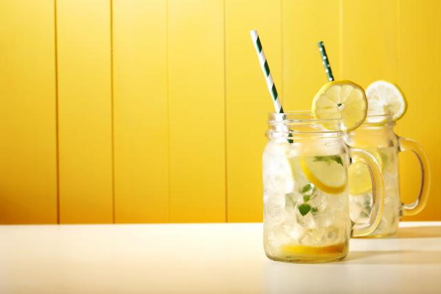 傳統檸檬水酸甜好喝,可以緩解身體適應炎熱的天氣,是野餐的好飲品。(Shutterstock)