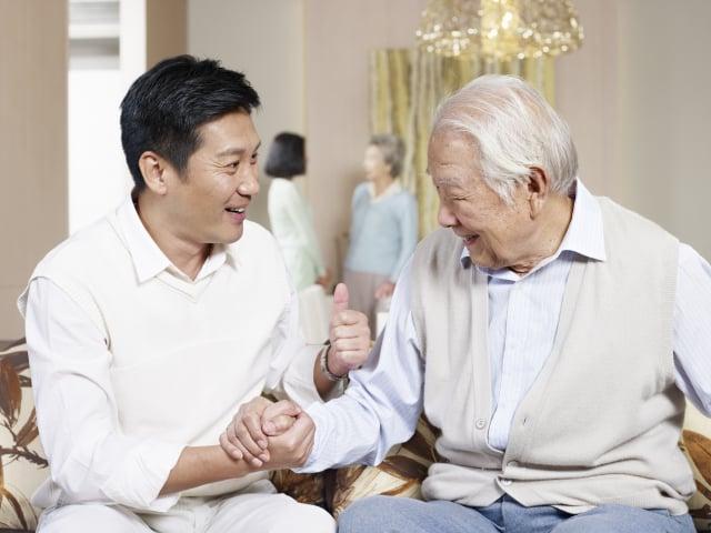 看著爸爸逐漸老邁,內心充滿感恩與不捨。(Fotolia)