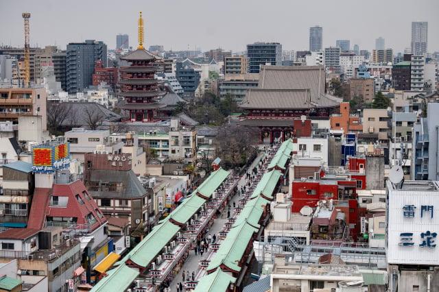 「仲見世通」與淺草寺的鳥瞰圖。此圖攝於2021年3月12日。(PHILIP FONG/AFP via Getty Images)