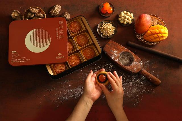 福容月餅禮盒內含5種口味,口味經典與創新兼備。(福容大飯店提供)