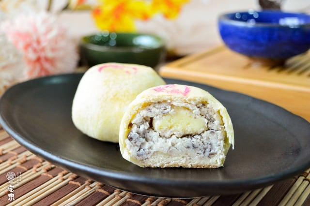 日本乳酪完整包覆蜜漬紅豆顆粒和進口生乳酪,可品嘗到紅豆與乳酪交融的香氛口感。(宝泉餅店提供)