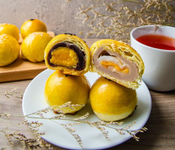 紅土鴛鴦鹹蛋黃酥和香芋奶黃蛋黃酥。(沐甄豆提供)