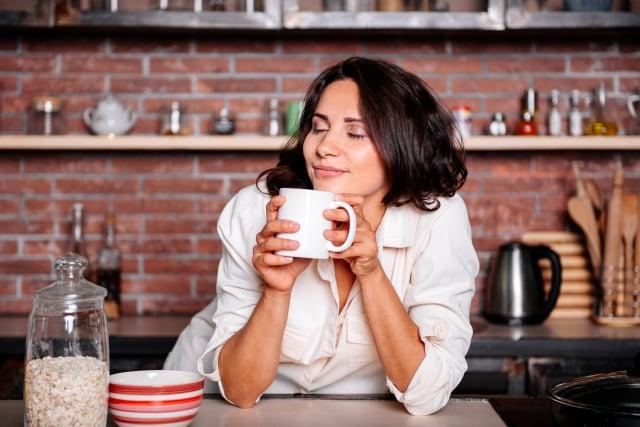 沖泡咖啡是早晨起床必不可少的儀式,使用不同的沖泡方式、咖啡機、咖啡壺,會產生不同的咖啡風味和咖啡因含量。(Shutterstock)