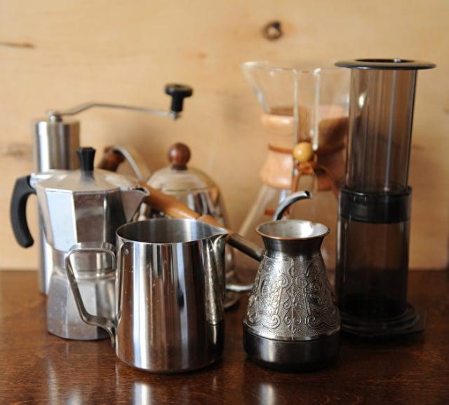手沖咖啡壺、法式濾壓壺、冷泡咖啡壺、電動滴漏咖啡機、濃縮咖啡機、即溶咖啡,你會選哪一個?(Shutterstock)