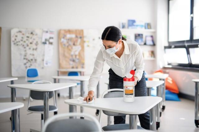 醫師建議使用一般紙巾擦拭時,可採Z字平行往下,擦過的地方不要再碰到,或選擇靜電即時吸附的物理性除菌產品,減少重複擦拭的交叉汙染。(3M提供)