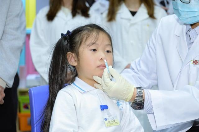 臺大醫院團隊指出,現在已開始研發「噴鼻式疫苗」。圖為噴鼻式疫苗示意圖。(記者宋碧龍/攝影)
