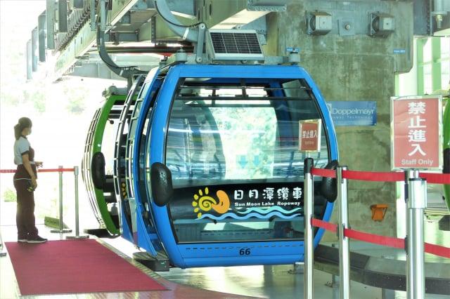 纜車站的彩色的小纜車,有紅、黃、藍、綠,代表著日月潭的太陽、月亮、湖水和山林。(攝影/鄧玫玲)