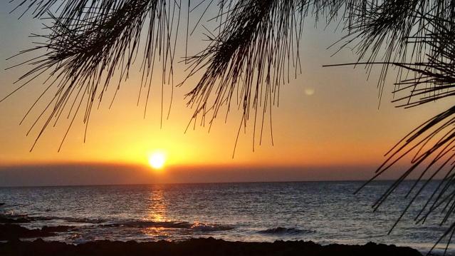 屏東國立海洋生物博物館旁後灣漁村的落日夕陽美景。(攝影師、手機獵人宋永泰提供)