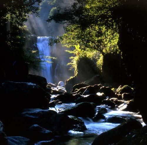 烏來瀑布高低落差達80公尺。(觀光局提供)