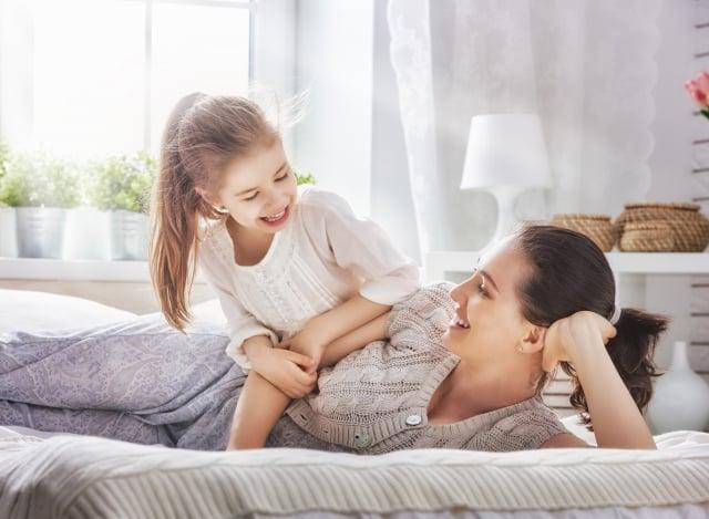 專家建議,父母應該採用一種會激勵孩子盡力而為的方式進行交流。(Shutterstock)