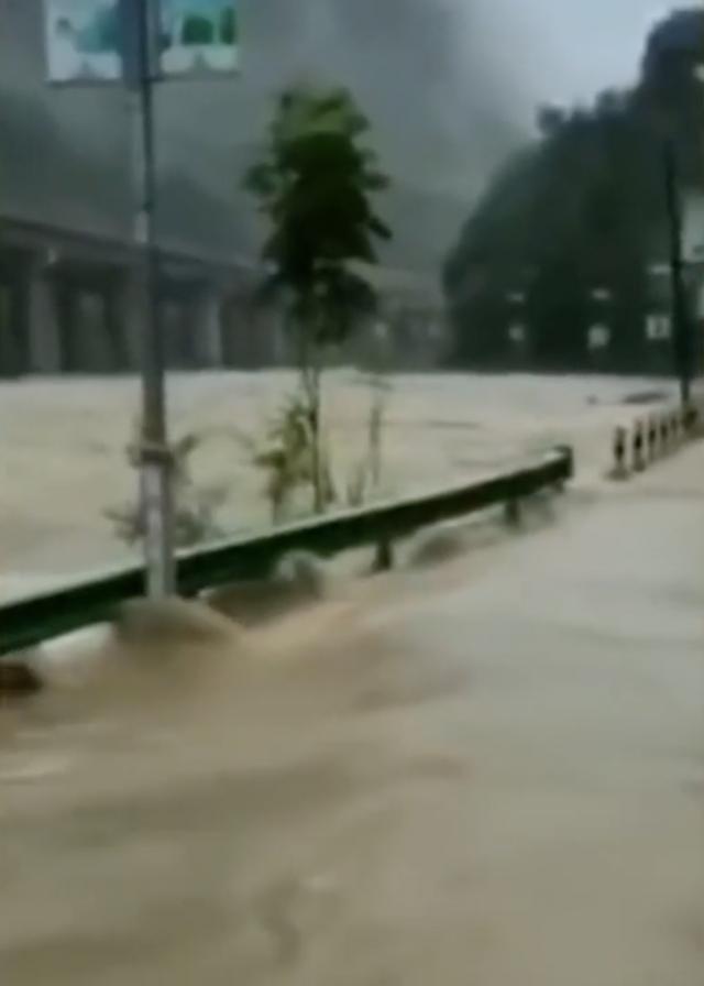 陝西省鎮坪縣發生洪災。(網路影片擷圖)