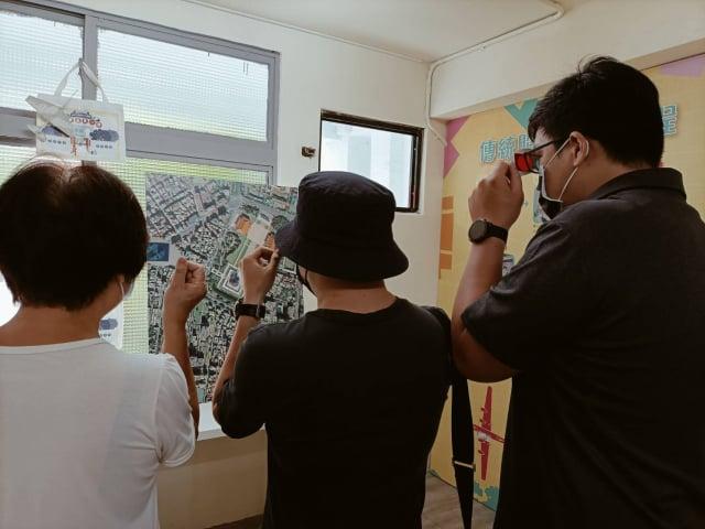 平常難以看到的「紅藍圖」,只要搭配專用眼鏡,大臺北地貌立刻以3D模式浮現眼前。(文化局提供)