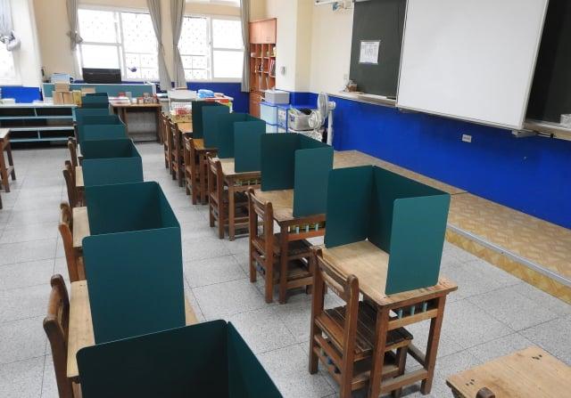 9月1日開學了,學校備妥隔板。(中央社)