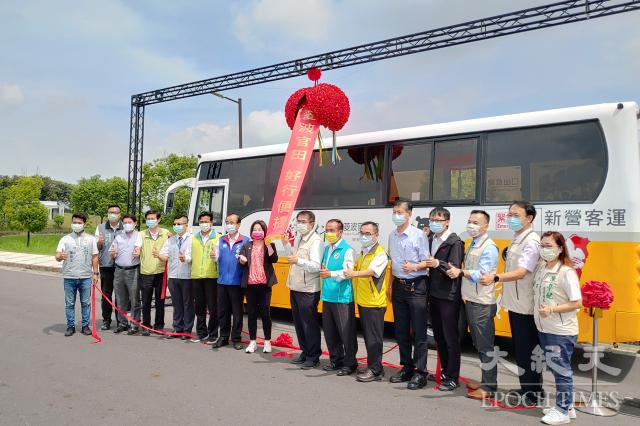 觀光公車路線「台灣好行-菱波官田線」進行通車儀式。(記者賴友容/攝影)