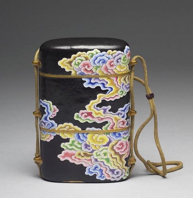 清.雍正銅胎畫琺瑯黑地五彩雲紋穿帶盒。現藏於臺北故宮博物院。(公有領域)