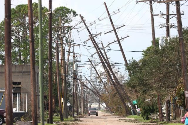 8月31日,美國路易斯安那州侯馬市街道的電線桿,在風災後傾倒。(Scott Olson/Getty Images)
