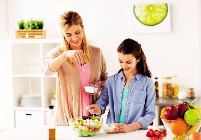 工作忙碌的家長可以通過「量化」的目標來設定,每天食用5份以上的蔬菜和水果,或是每週家人一起在家用餐5~6次等方法,依此逐步實行食育教養,以養成孩子正確的飲食觀念。(Shutterstock)