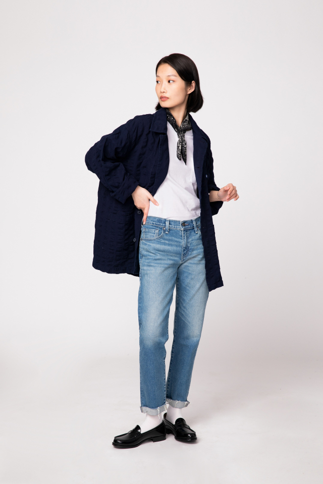 頸間絲巾提升丹寧褲穿搭的細膩氣質度。(LEVI