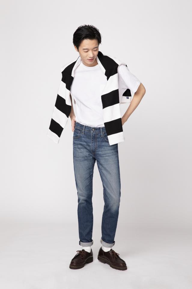 以條紋單品作為掛肩裝飾,日本風味的文青魂立馬上身。(LEVI