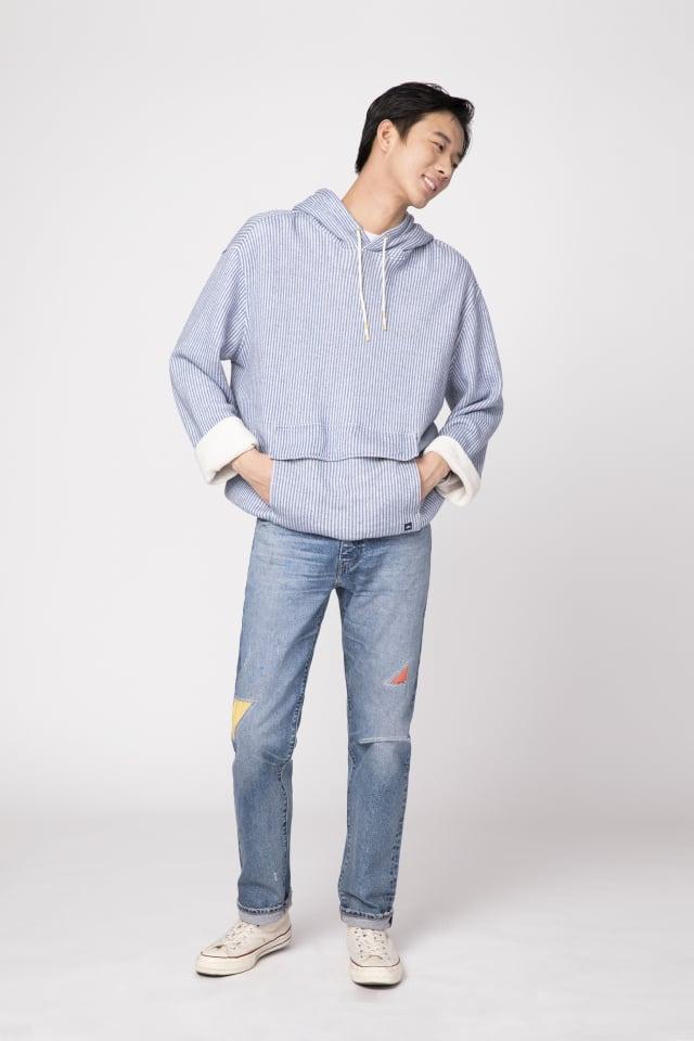 丹寧褲搭配帽T散發文青質感。(LEVI