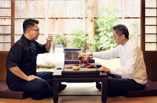 水根肉乾第三代職人邱信翰(左)與王德傳茶莊第五代傳人王俊欽(右), 打造頂級肉乾茶禮,共渡圓滿中秋。