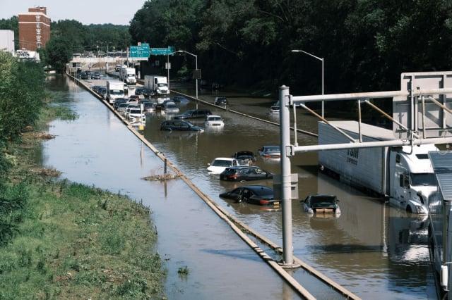為9月2日,紐約市的車輛泡在水中。(Spencer Platt/Getty Images)