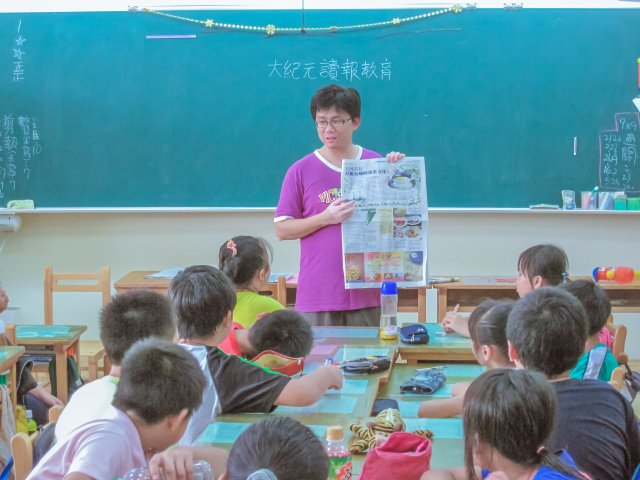 利用早自習10~20分鐘,打開報紙,跟小朋友介紹今天看到的內容。(林志彥提供)