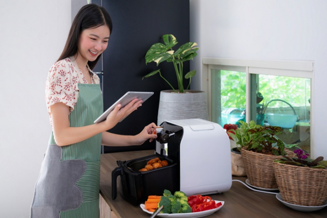 用氣炸鍋加工蔬果食物。(Shutterstock)
