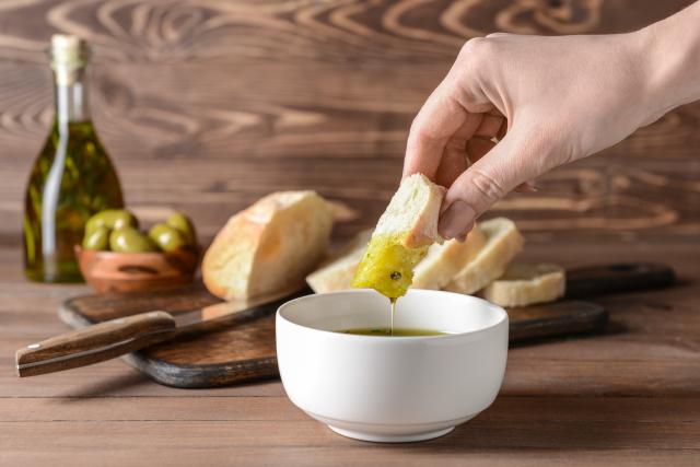 橄欖油的發煙點相對較低,非常適合做沙拉或清炒;如果拿來油炸的話,就容易變質。(Shutterstock)