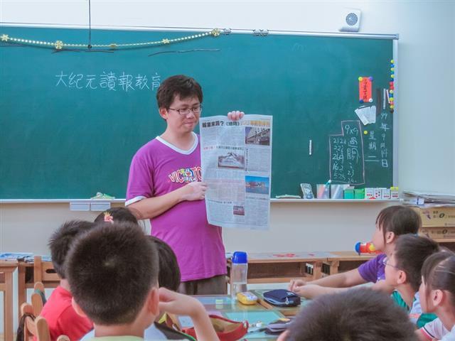 林志彥,基隆市深澳國小老師,用大紀元時報帶班級讀報超過10年。(林志彥提供)