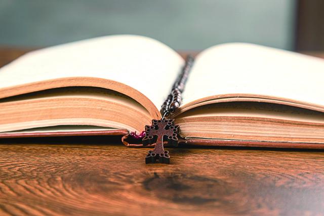 12歲的凱西在樹林裡讀了一天《聖經》,並且祈禱請上帝指導他如何才能全心全力為上帝和別人服務。(123RF)