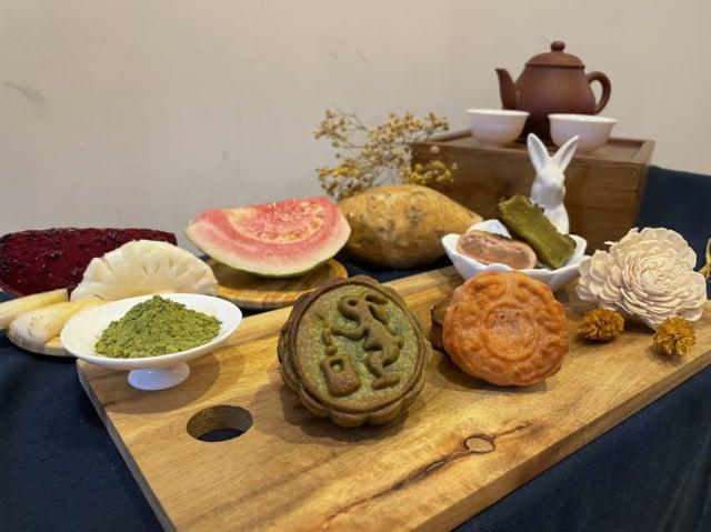 臺北市立聯合醫院營養師製作的「紅心鳳梨月餅」及「抹茶地瓜月餅」。(臺北市衛生局提供)