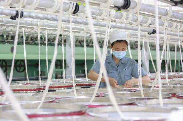 隨著美中經貿大戰延燒,臺商開始紛紛轉往東南亞或回臺投資,以降低美國關稅帶來的影響。(STR/AFP via Getty Images)