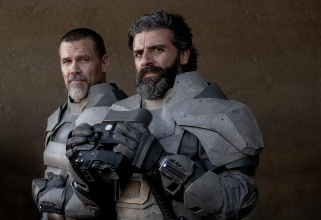 (左起)葛尼哈萊克(喬許布洛林飾演)與仁慈勇敢的雷托公爵(奧斯卡伊薩克飾演)。(華納兄弟提供)
