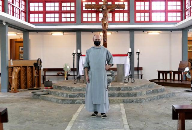 在菁寮四方錐造型的天主教堂裡服務的神父。(攝影/鄧玫玲)