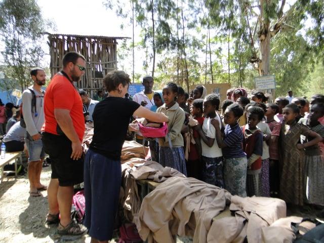 車友贈送衣服、書包給失學的孤兒——衣索匹亞。(謝明景提供)